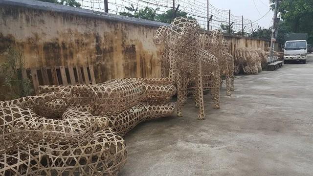 Làng nghề Phúc Am là một trong những địa điểm lớn ở miền Bắc chuyên cung cấp các loại mặt hàng liên quan đến đồ mã. Mọi con đường dẫn vào làng đều phơi đầy khung hình ngựa, voi bằng tre, sau khi khô sẽ được gia công, dán giấy màu sặc sỡ.