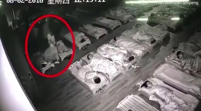 Cô Xuan giẫm chân đi giày lên mặt một học sinh trong giờ nghỉ trưa. Ảnh: Youtube.