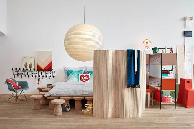Phòng ngủ được bố trí với những vật dụng nội thất có gam màu đậm sắc nét và tươi sáng. Chiếc giường được đặt trên ghế sáng tạo và nổi bật trong không gian vật dụng đủ màu nội thất.
