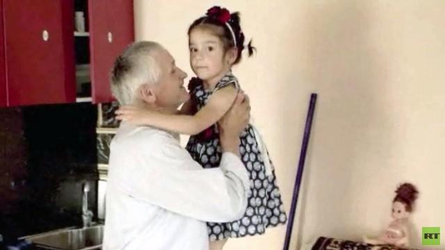 Cô em Fatima không rời ông nội nửa bước. Ảnh: RT