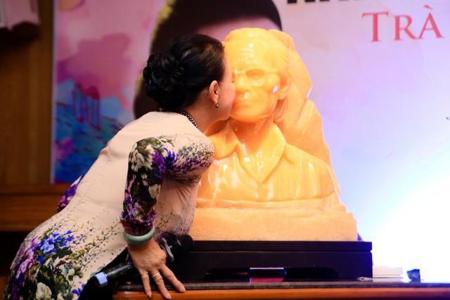 Khánh Ly mở đầu buổi trà đàm bằng việc hôn nhẹ, chạm nhẹ vào tượng ngọc Trịnh Công Sơn do một người yêu mến vị nhạc sĩ tặng.