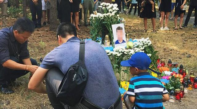 Khoảng 150 người Việt ở Czech đã tới buổi lễ được tổ chức hôm 5/8 tưởng niệm hai bé trai chết đuối ở hồ Lhota. Ảnh: Patrik Banga.
