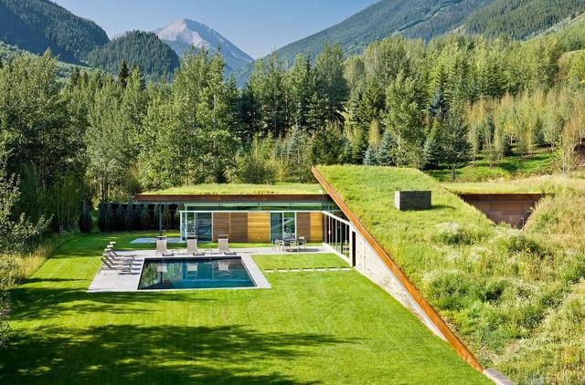 Mái nhà xanh tuyệt đẹp của ngôi nhà trên núi.