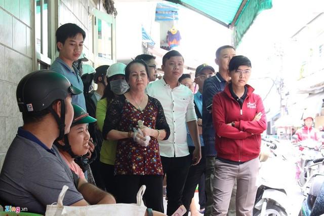 Hơn 1 tiếng đồng hồ trước giờ bà Ba Cua bán, hàng chục người đã xếp hàng đứng đợi.