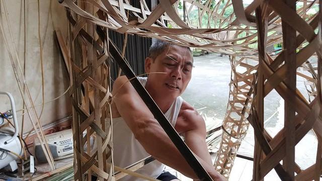 Ông Nguyễn Văn Công (60 tuổi) chia sẻ, làng Phúc Am có nghề mây tre đan gia truyền. Cách đây gần 30 năm, nghề làm vàng mã bắt đầu xuất hiện ở làng. Đến nay gần như cả làng làm nghề này.