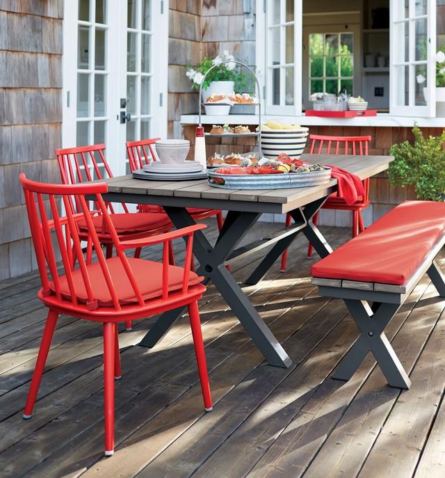 Không chỉ bàn ghế được sơn, bạn cũng nên sử dụng những gam màu tươi sáng trong lựa chọn khăn ăn…