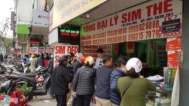 Thị trường SIM 11 số đang nhộn nhịp sát giờ loại SIM này được rút về dạng 10 số. Ảnh: Ngô Minh.
