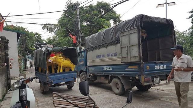 12 giờ trưa, xe cộ vẫn liên tục chuyển bánh chở hàng đi các tỉnh, thành.