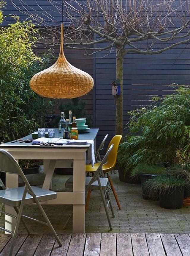 Không gian ăn uống hiện đại trở nên mát mẻ hơn nhờ đèn mây tre đan.