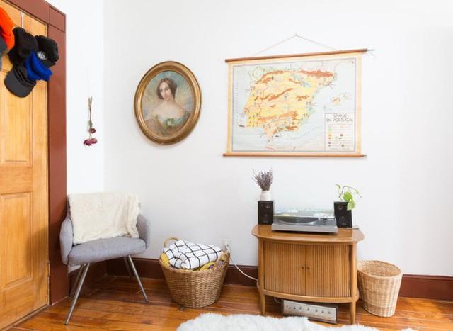 Góc đối diện sofa đẹp với vẻ cổ điển từ màu sắc đến kiểu dáng đồ vật.