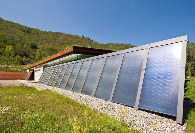 Tấm quang điện kết hợp với mái nhà xanh tạo nên một ngôi nhà xanh đáng yêu.