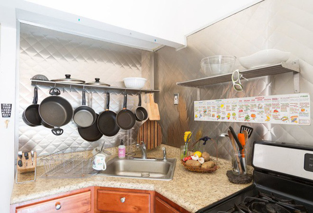 Khu vực bếp núc được bố trí đơn giản với móc treo và kệ đựng đồ. Vì sống độc thân nên cô gái không quá chú trọng đến việc cải tạo khu vực bếp núc. Mọi nhu cầu cũng trở nên đơn giản giúp cuộc sống của mình thêm thoải mái.