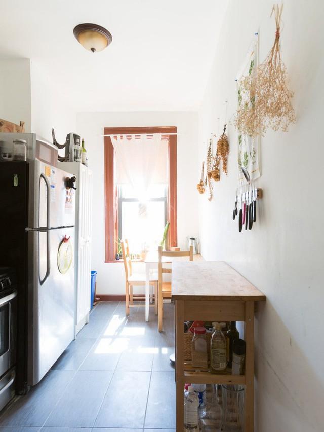 Tận dụng khu vực khá hẹp về chiều rộng gần với bếp để cô gái bố trí thêm bàn ăn.