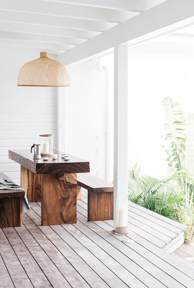 Không gian tối giản với bàn ăn bằng gỗ và đèn chụp mây đem lại cái nhìn sắc nét hơn hẳn.