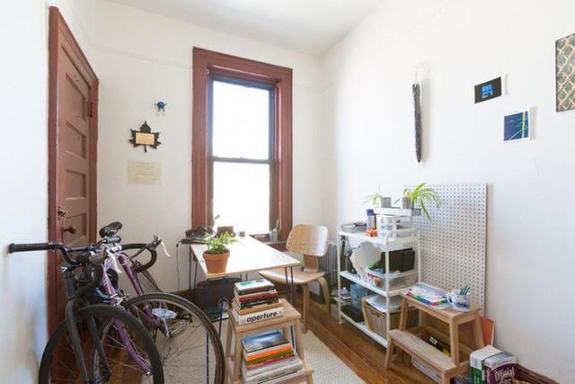 Bên cạnh khu vực nấu nướng là góc dành cho công việc. Chỉ cần đặt một chiếc bàn, một vài kệ sách cùng cửa sổ được mở rộng đón ánh sáng tự nhiên là đủ để có được căn phòng lý tưởng cho những mải miết dự định và thực hiện công việc theo kế hoạch của mình.