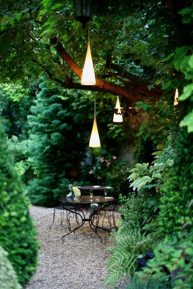 Đèn lồng tạo cảm hứng trong không gian ăn uống ngoài trời.