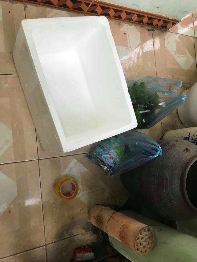 Có nhiều người cũng hỏi anh về quá trình làm bể, thật ra setup bể cá này cũng đơn giản lắm, nguyên vật liệu cần thiết vừa rẻ vừa dễ kiếm.