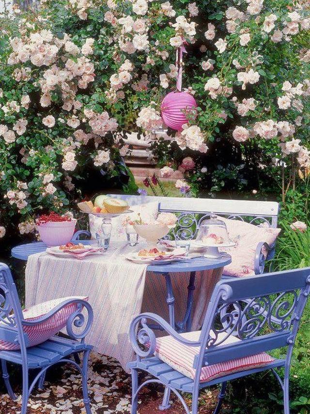 Bộ đồ ăn sơn màu hoa cà và vải dệt màu hồng khiến cho không gian ăn uống trở nên thân thiện và ngọt ngào.