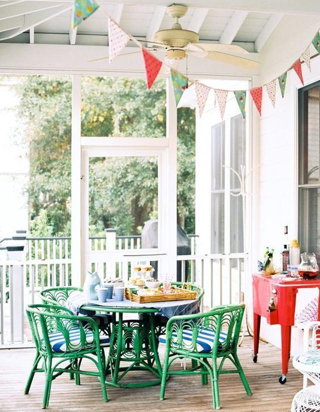 Bộ bàn ghế màu xanh lá cây tươi sáng lót nệm kẻ sọc ấn tượng.