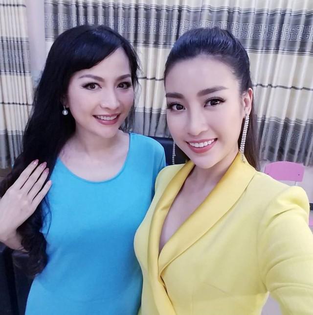 Hoa hậu Thiên Nga dù đứng bên cạnh đàn em - Hoa Hậu Việt Nam 2016 - Đỗ Mỹ Linh nhưng chị vẫn không hề thua kém nhan sắc trẻ trung.