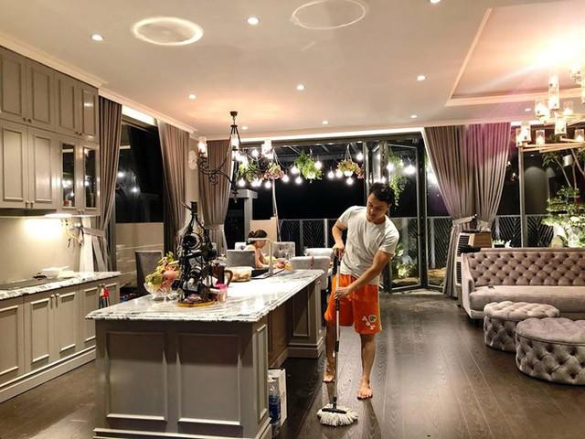 Giọng ca Con đường mưa mất 3 tháng để hoàn thiện căn villa. Đích thân anh tự tay dọn dẹp để ngôi nhà lúc nào cũng sạch bóng.