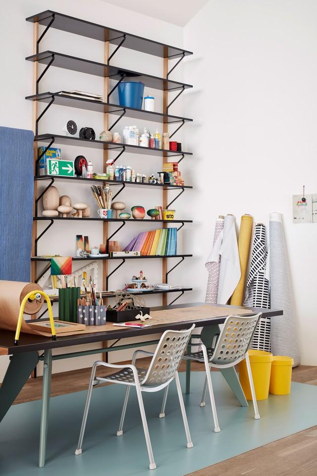 Kệ đựng đồ bằng kim loại được gắn lên tường với những đồ dùng vô cùng ấn tượng, lạ mắt. Bàn học của các bé được bố trí ngay cạnh kệ, tiện lợi và hài hòa với màu sắc xung quanh.