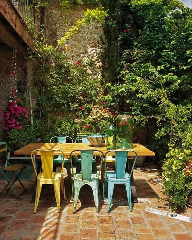 Không gian sang trọng thoải mái với bàn gỗ và ghế kim loại màu xanh kết hợp màu vàng.