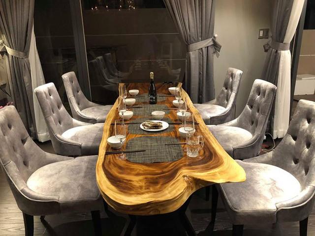 Chiếc bàn ăn được anh đặt thiết kế riêng, còn bộ ghế là đồ nhập khẩu từ nước ngoài.