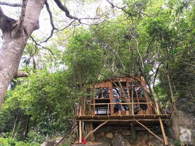 Đạo diễn bố trí nhà cạnh những gốc cây lớn để chắn gió, chắn bão.