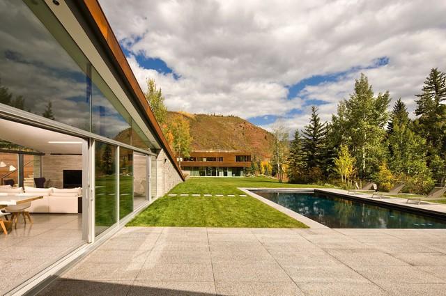 Hồ bơi và ngôi nhà được cung cấp chủ yếu bằng năng lượng mặt trời.