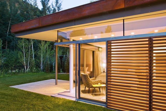 Cửa chớp và cửa kính được sử dụng khéo léo để tạo sự cân bằng giữa quyền riêng tư và view nhìn vô cùng đáng yêu.