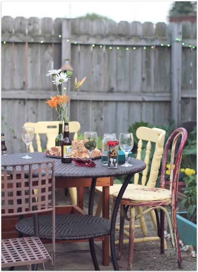Bàn đan bằng liễu gai và những chiếc ghế không tương xứng cùng nhiều màu sắc tạo nên bức tranh độc đáo.