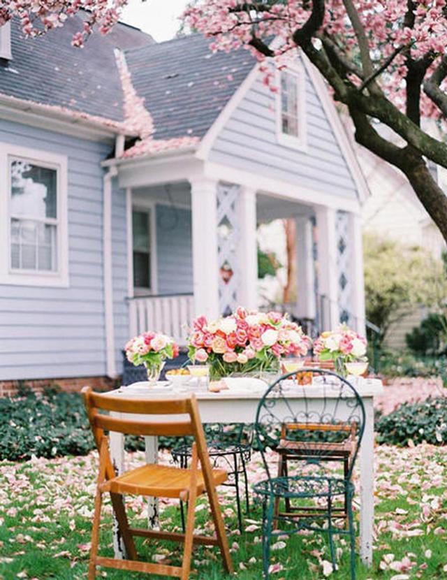 Bàn màu trắng đơn giản được trang trí với những chiếc ghế đầy màu sắc, có thể gập gọn.