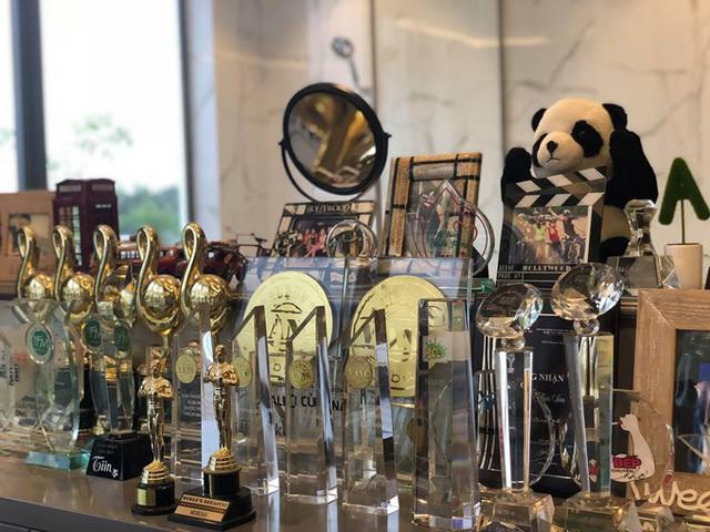 Một góc nhỏ trong ngôi nhà được giọng ca Con đường mưa trưng bày những cúp, giải thưởng âm nhạc anh từng đạt được trong sự nghiệp.