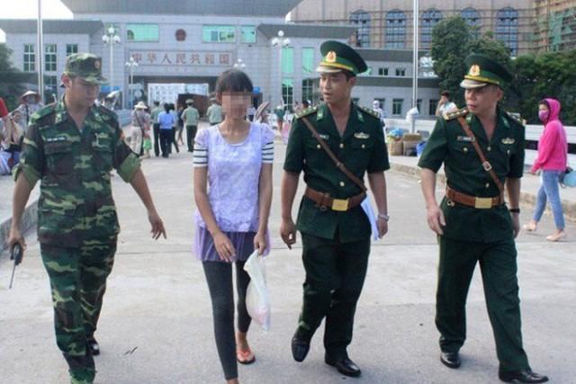Lực lượng chức năng của Việt Nam tiếp nhận nạn nhân bị bán sang Trung Quốc tại cửa khẩu Móng Cái. Ảnh: TL