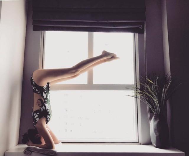Cô gái trẻ xinh đẹp yêu thích yoga nên những buổi sáng sớm thức dậy, Bảo Anh đều tranh thủ hít thở không khí trong lành và tập yoga. Góc tập thường là nơi cô gái có thể ngắm nhìn cảnh đẹp trong trẻo bên ngoài.