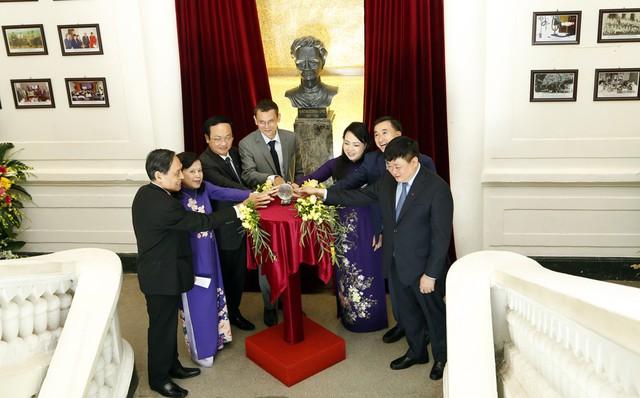 Tượng đài nhà khoa học Marie Curie đã được Bệnh viện K khánh thành ngày 9/8.