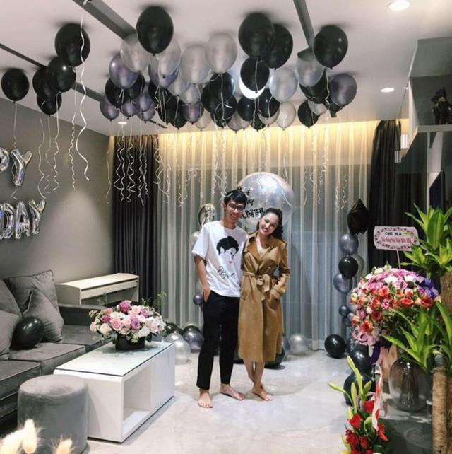 Không gian đẹp dịu dàng với hoa lá và bóng bay rực rỡ trong tiệc mừng sinh nhật của nữ ca sĩ.