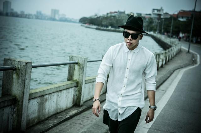 Ngoài sự yêu thích đối với âm nhạc, anh còn có sở thích về thời trang và chụp ảnh. Hoàng Touliver có một gu thời trang rất riêng.