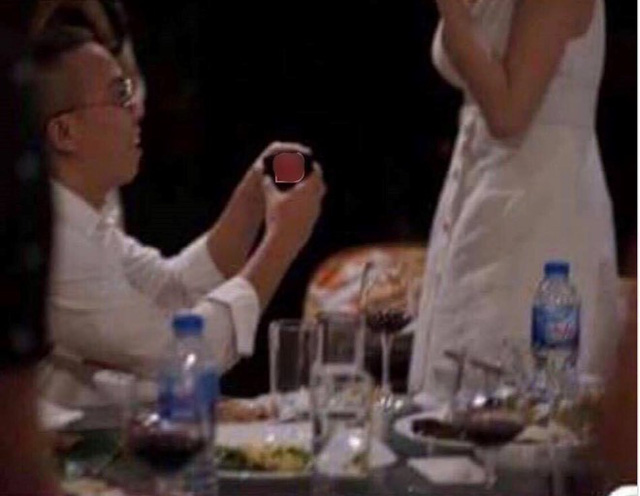 Tấm hình được cho là ghi lại khoảnh khắc Hoàng Touliver cầu hôn Tóc Tiên.