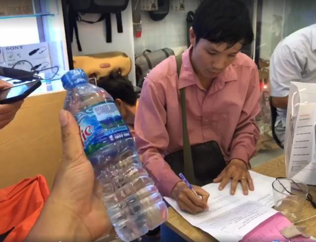 Anh Bình yêu cầu nhân viên giao hàng lập biên bản xác nhận việc hàng hóa bị tráo đổi.
