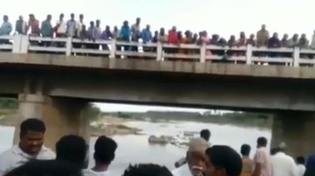 Hiện trường vụ việc người cha ném cả 3 con nhỏ xuống sông.