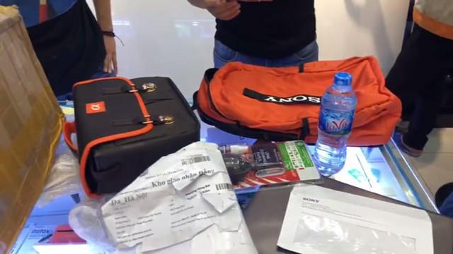 Sản phẩm được anh Bình đóng gói gồm chiếc máy ảnh và 2 túi đựng, 1 thẻ nhớ. Sau khi nhận lại hàng, mọi thứ vẫn nguyên vẹn trừ chiếc máy ảnh.