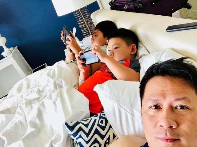 Bằng Kiều thì than thở, dù được đi chơi cùng bố mẹ nhưng các nhóc tỳ chỉ thích ở trong khách sạn chơi game, ngủ. Khoảng 21h cả nhà mới chưng diện ra phố đi ăn.