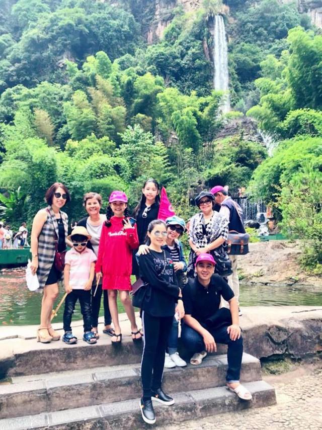 Quyền Linh đi du lịch cùng những người thân của mình...