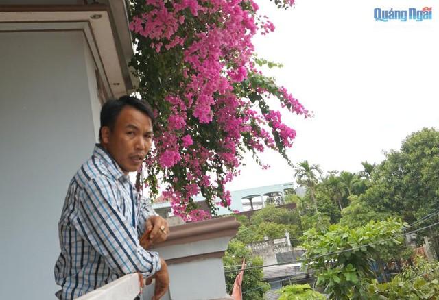 Mỗi sáng thức dậy, các thành viên gia đình mở cửa ra ngoài ban công tận hưởng vẻ đẹp cuộc sống bên những nhành hoa giấy nở bung xòe rung rinh đón gió.