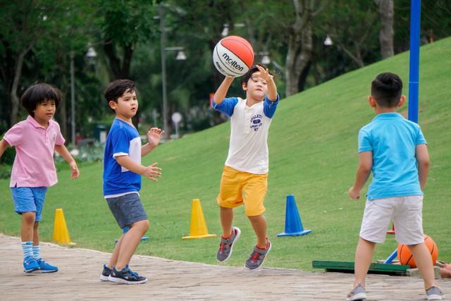 Bé tự tin và sáng tạo hơn với những đường chuyền bóng rổ nếu được vận động đúng cách