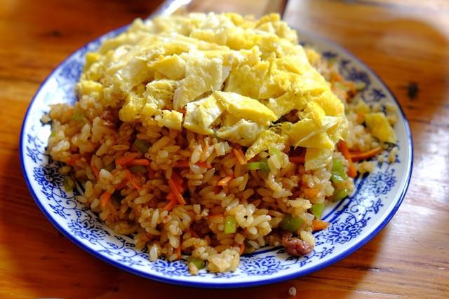 Cơm chiên trứng là món ăn khá được ưa chuộng vào buổi sáng của người bản địa. Đĩa cơm đầy, hạt cơm tơi chiên chung với cà rốt, đậu đũa, trứng chiên vàng ươm, thái sợi mỏng ăn kèm dưa chua khiến bạn không thấy ngán. Với người ăn khỏe, một phần là đủ để nạp năng lượng cho ngày rong chơi hết công suất.         Canh rong biển thịt bằm - đặc sản Vân Nam - được đa số du khách lựa chọn cho bữa ăn chính giúp cân bằng vị giác nếu có lỡ gọi nhiều món dầu mỡ. Sợi rong biển dài chứa nhiều vitamin, nấu kiểu thanh ngọt, hợp khẩu vị với nhiều người lại có tính hàn, thích hợp để giải nhiệt khi du lịch mùa nóng.      Đa số các loại canh sườn, canh hầm ở Đại Lý, Lệ Giang không hợp khẩu vị người Việt do nấu thịt bò yak nặng mùi. Vì vậy, nếu không muốn mạo hiểm thì bạn có thể chọn canh rong biển nấu trứng đơn giản cho bữa tối.         Món trứng chiên không có gì nổi bật lại là cứu tinh hữu ích khi bạn không biết gọi món trên thực đơn toàn các thứ đồ ăn chán ngấy. Trứng thường chiên phồng, xốp, vị nhạt, người ăn mặn chỉ cần xin chén nước tương là ổn.         Vào nhà hàng, bạn chỉ việc chọn món nấm xào là có thể xử gọn chén cơm trong tích tắc. Nấm tươi thái lát mỏng, vị ngọt tự nhiên xào chung với hành lá, nhai sừng sực, nêm nếm vừa miệng. Đây là một trong những món bạn không nên bỏ lỡ khi đến Vân Nam - vùng đất nổi tiếng với nhiều loại nấm ngon.         Để bữa cơm thêm phong phú, bạn có thể gọi món cá hấp có lớp da giòn béo, phần thịt ngọt, tươi.         Muốn đổi vị thì lẩu là lựa chọn không tồi. Chỉ cần tránh lẩu Tứ Xuyên cay tê lưỡi, lẩu bò yak có lớp váng mỡ dày đến nỗi sau khi ăn bạn phải uống trà gạo để cân bằng dạ dày thì có khá nhiều loại dễ ăn khác như: Lẩu thanh nhiệt vị thảo mộc nhẹ, lẩu cá, lẩu gà đất hầm... hầu hết đều có nước trong, vừa miệng.         Ngoài ra sashimi cá hồi cũng là một gợi ý khá ổn dành cho bạn.   Cuối ngày, món thịt xiên nướng dậy mùi cả một góc phố sẽ khiến các tín đồ ăn vặt thòm thèm.  Gợi ý dành cho bạn: Hầu hết các món ăn ở Vân Nam đều cay và dầu mỡ v