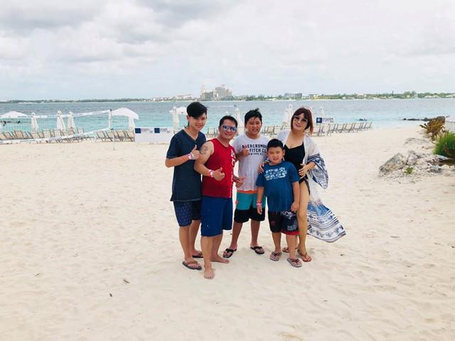 Sau khi hoàn thành công việc, gia đình cựu thành viên Quả Dưa Hấu dành trọn thời gian để đi tắm biển ở đảo Bahamas.