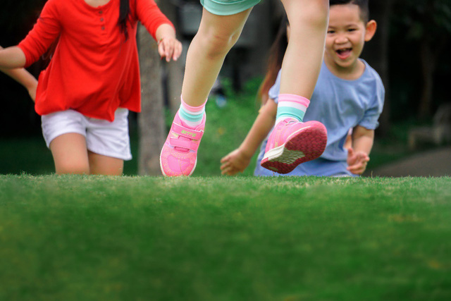 Thay vì để bé ngồi xem tivi hay chơi điện tử, bố mẹ hãy chủ động cho bé tự khám phá thế giới qua đôi chân bền bỉ và vững vàng